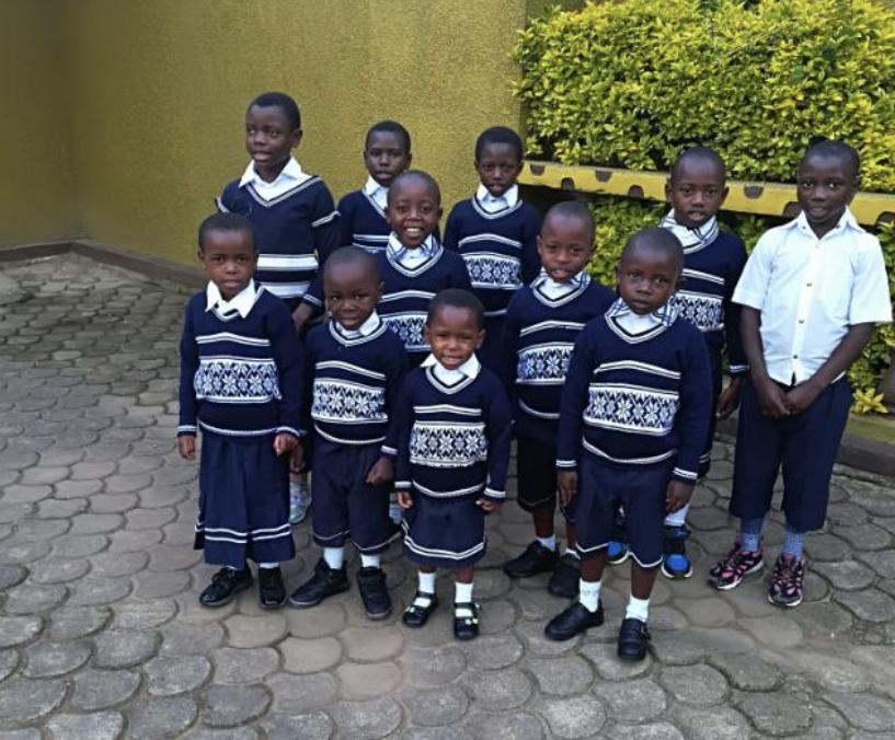 Alcuni bambini in una foto di questi giorni. Tutti pronti al Natale!